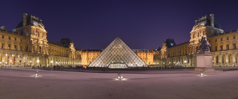 le musée du Louvre de nuit